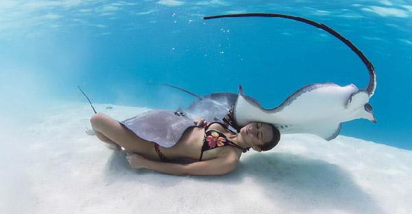 เธอคนนี้ใช้ทั้งชีวิตไปกับการดำน้ำใต้ท้องทะเล จนคนเรียกเธอว่าราชินีกระเบน