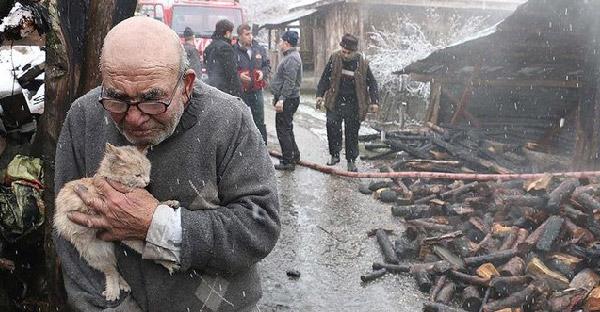 คุณตาวัย 83 ปี กอดลูกแมวไว้แนบอก กลั้นน้ำตาไว้ไม่อยู่ หลังสูญเสียทุกอย่างจากไฟไหม้