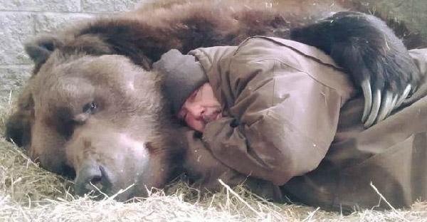 หมียักษ์โคดิแอคถูกช่วยชีวิตตั้งแต่แบะเบาะ และกลายเป็นหนึ่งในสมาชิกครอบครัวที่แสนสำคัญ